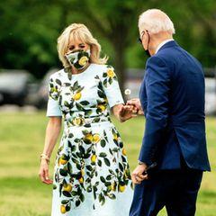 Jill Biden freut sich über diese liebevolle Geste ihres Ehemannes und nimmt die zarte Pusteblume an.Das Präsidentenpaar ist auf dem Weg nach Georgia, um dort an einem Event zum 100. Amtstag von Joe Biden teilzunehmen.