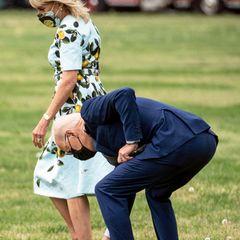 """29. April 2021  DieFirst Ladyund ihr Gatte, Präsident Joe Biden, wollen gerade den Hubschrauber des Marinecorps""""Marine One"""" betreten, als Joe eine Pusteblume auf dem Rasen entdeckt und diese kurzerhand für seineFrau pflückt. Auf dennächsten Fotos sieht man Jills Reaktion auf die liebevolle Geste ihres Mannes."""