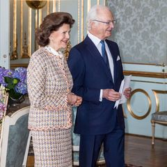 Zum Empfang im inneren des Schlosses ist König Carl Gustaf in Begleitung: Königin Silvia steht an seiner Seite und feiert mit seinen 75. Geburtstag.