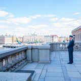 Auf dem großen Balkon des Palasts steht König Carl Gustaf anschließend ganz allein und blickt über Stockholm. Das Wetter ist dem Geburtstagskind wohlgesonnen: Einzig Schönwetterwolken sind an dem sonst strahlendblauen Himmel zu finden.
