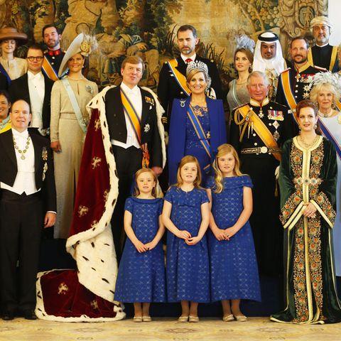 30. April 2013  Nur zu ganz wenigen Anlässen finden sich so viele Mitglieder des europäischen Hochadels und weltweiter Adelsfamilien zusammen, um gemeinsam zu feiern: Die Inthronisierung von König Willem Alexander und Königin Máxima in Amsterdam war so ein seltener Anlass. Schauen Sie doch mal, wen Sie entdecken. Ganz nah am neuen Königspaar steht links schon mal das schwedischen Kronprinzessinnenpaar, an oberster Stelle die spanischen Royals, Prinz Charles und seine Camilla, daneben das dänische Kronprinzenpaar und sogar das japanische Kaiserpaar.