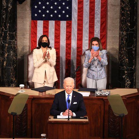 Dieses Bild, oder besser gesagt die Personenkonstellation in diesem Bild ist ein Novum in der US-amerikanischen Geschichte. Erstmals nehmen im Kongress mit Vize-Präsidentin Harris und der Sprecherin des Repräsentantenhauses Nancy Pelosi zwei Frauen hinter dem US-Präsidenten Biden Platz.