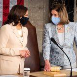 Und in so einem Moment darf nach Anerkennung der historischen Bedeutsamkeit dann auch ruhig ein kleinerBlick auf den Look der beiden Spitzenpolitikerinnen geworfen werden. Es ist unwahrscheinlich, dass Kamala Harris und Nancy Pelosi sich abgesprochen haben, aber dass beide einen pastellfarbenen Business-Look für die Kongresssitzung wählten, ist ein schöner Zufall.