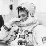 """28. April 2021 (90 Jahre)  Der US-amerikanische Astronaut Michael Collins ist im Alter von 90 Jahren verstorben. Jeder kennt den historischen Flug der """"Apollo 11"""" im Jahre 1969. Neil Armstrong und Buzz Aldrin gingen als erste Menschen auf dem Mond in die Geschichte ein. Während der bedeutsamen Weltraummission blieb Collins als Pilot zurück und umkreiste alleine den Mond, während seine beiden Kollegen die ersten Fußabdrücke im Mondstaub hinterließen. Seine Rolle als Pilot mag ihn vielleicht nicht gleichermaßenberühmt gemacht haben, aber ohne ihn währe diese Mission nicht möglich gewesen."""