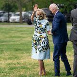 Dr. Jill Biden ist nun seit 100 Tagen im Amt der First Lady. Für diesen besonderen Anlass wählt die Frau von US-Präsident Joe Biden ein Kleid, welches wir aus einer ihrer vorherigen Looks kennen: Das Zitronen-Musterkleid in Hellblau für umgerechnet etwa 3.000 Euroist nicht nur ein Blickfang, sondern scheint auch eines von Jills Lieblings-Pieces zu sein. Übrigens: In demDressvon Designer Oscar de la Renta hat sich auch Herzogin Meghan gezeigt –zwei Wochen vor dem Sensations-Interview mit Oprah.