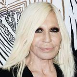 Doch der Schönheitsdruck, der auf der heute 66-Jährigen lastet, dürfte enorm sein. Donatella Versace hat sich im Laufe der letzten Jahre immer wieder Schönheitsoperationen unterzogen und mit Fillern und Botox versucht, die Zeichen der Zeit anzuhalten.
