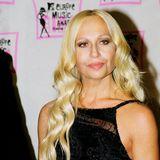 """Donatella Versace hat als italienische Modeschöpferin Geschichte geschrieben.In den 1990er Jahren widmete ihr Bruder Gianni Versace ihr das Parfum """"Blonde"""" und übergab Donatelladie künstlerische Leitung des jungen Versace-Labels Versus. Bis heute ist die Blondine eines der Aushängeschilder für das Modelabel."""