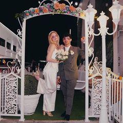 In einem seidenen Ensemble in Weiß gibt Sophie ihrem Joe das Ja-Wort. Beide tragen rosarote Brillen und stoßen auf ihr Glück mit einer Flasche Rotwein an – ganz lässig und unkonventionell. Rund zwei Monate nach der Vegas-Feier folgte eine zweite Hochzeit in klassischerem Rahmen. Ihre große Liebe krönt mittlerweile auch Töchterchen Willa.