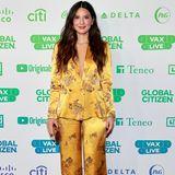 """Ihr Mut hat sich ausgezahlt!Olivia Munn wählt für das""""Global Citizen's VAX Live: The Concert to Reunite the World"""" einen Satin-Hosenanzug im Pyjama-Stil aus, eine ungewöhnliche Wahl, die durch den Glam-Faktor aber überzeugen kann."""
