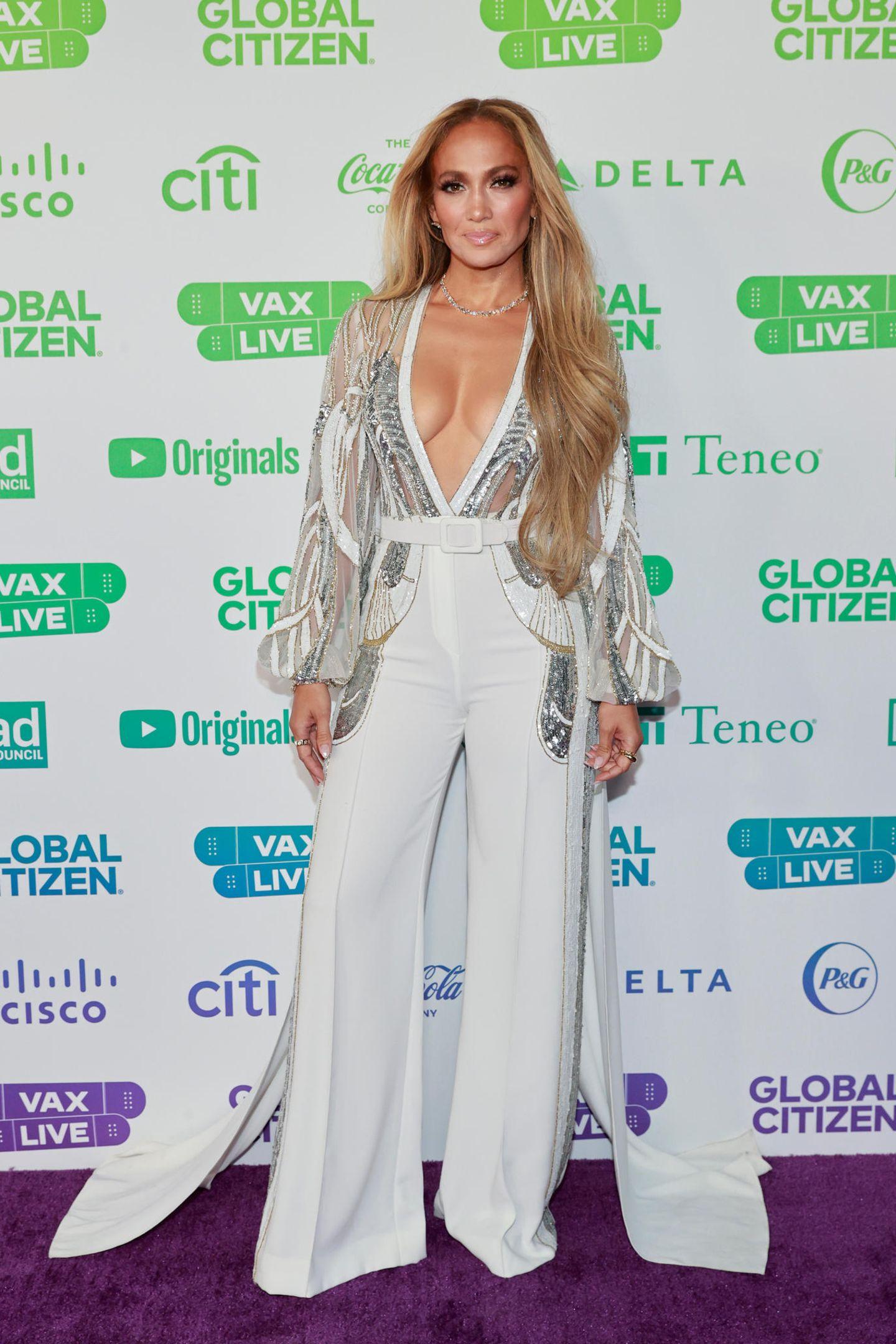 """Jennifer Lopez begeistert beim """"Global Citizen's VAX Live: The Concert to Reunite the World"""" nicht nur auf der Bühne, auf dem roten Teppich zieht sie in ihrem Anzug von Elie Saab alle Blicke auf sich."""