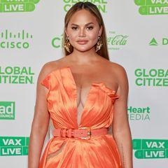 Was für ein Kleid – Chrissy Teigen ist ebenfalls Teil des Charity-Konzerts und begeistert im flammenartigen Couture-Traum von Valdrin Sahiti auf dem roten Teppich.