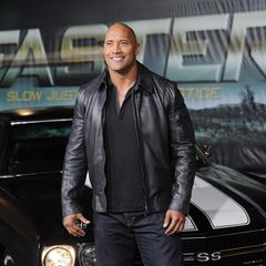 """Dwayne """"The Rock"""" Johnson hatte schon immer seinen Signature-Look: Glatze, lässig-sportlicher Stil und ein breites Grinsen im Gesicht. Bei der Premiere des Films """"Faster"""" stand er 2010 auf dem roten Teppich. Wer genauer hinsieht, der erkennt: Seitdem hat sich der Schauspieler kaum verändert."""