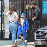 1. Mai 2021  Jennifer Garner und Ben Affleck bringen ihren gemeinsamen Sohn Samuel zum Schwimmunterricht im sonnigen LA. Der Neunjährige wartet ganz lässigmit Badekappe auf dem Kopf darauf, dass es endlich losgeht. Die Körperhaltung scheint sich Samuel bei seinen Eltern abgeschaut zu haben: Alle drei stehen in fast derselben Pose mit überschlagenen Beinen vor dem Eingang des Schwimmbads.