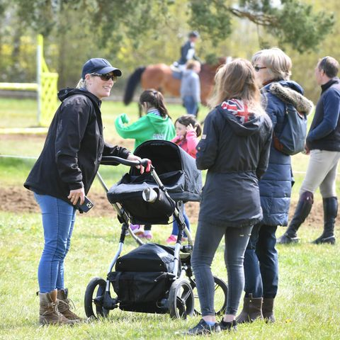 2. Mai 2021  Zara Tindall besucht am Wochenende ein Reitturnier im britischen Cirencester, um ihr PferdClassicals Euro Star anzufeuern. Die Dreifach-Mama sitzt diesmal nicht selbst im Sattel, sondern schiebt BabyLucas Philip zur Freude der anwesenden Gäste über die Wiese.