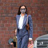 Irina Shayk weiß, wie man den Dandy Look auch feminin stylt: cooler, taillierter Blazer mit betonten Schultern undCrop-Hose, die Blick auf Knöchel oder Söckchen freigibt. Doc Martens-Schnürschuhe und Sonnenbrille machen den Look perfekt