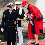 Gar nicht so einfach auf die Barkasse zu kommen, die die Königin zur nahe gelegenen Jacht bringen soll. Doch mithilfe des Kapitäns gelingt Margrethe der Schritt auf das Beiboot und die Abfahrt kann beginnen.
