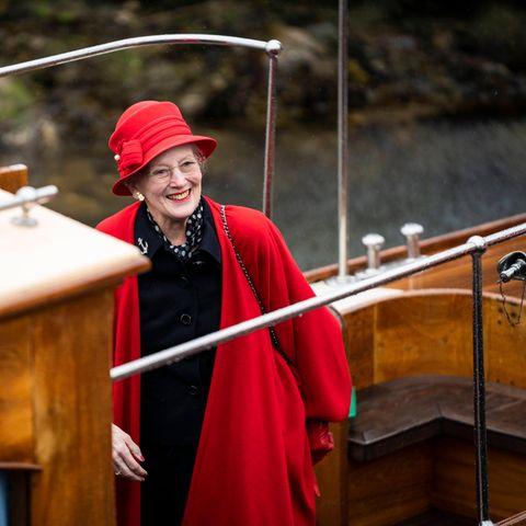 Die Vorfreude bei Königin Margrethe steigt. Eine kurze Überfahrt und schon wird sie die JachtDannebrog betreten können.