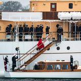 Die Besatzung der schönen Jacht steht bereit, als Königin Margrethe die Stufen derDannebrog hinaufgeht. Nun kann sie zur Fahrt nach Helsingör ablegen.