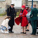 4. Mai 2021  Mit perfekt einstudiertemHofknicks und bunten Blumen wird Königin Margrethe vom Kapitän und dessen Tochter begrüßt. Der royale Termin findetan der ehemaligen Hafenmarinebasis Nyholm zur offiziellen Einschiffung der königlichen Jacht Dannebrog in Kopenhagenstatt.