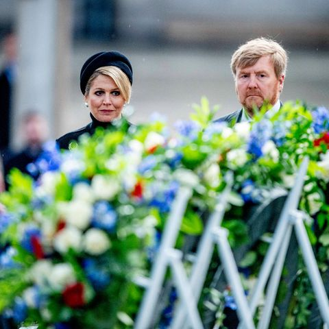 4. Mai 2021  KöniginMáximaund König Willem-Alexander schauen sich die Blumenkränze zum Nationalen Totengedenktag in Amsterdam an. Bei der Gedenkfeier wird den niederländischen Kriegsopfern oder Gestorbenen seit dem zweiten Weltkrieg gedacht.