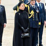 Zusammen mit ihrem Mann Willem-Alexander besuchtKönigin Máxima der Niederlande eine Gedenkfeierin Amsterdam. Die Königin, die sonst für ihren farbenfrohen Stil bekannt ist, entscheidet sich zu dem Anlass des Totengedenktages für einen Komplett-Look in Schwarz. Das Kleid von Massimo Dutti steht ihr ausgezeichnet und lässt sie sehr elegant wirken. Dieses kombiniert sie mit einen Cape-Mantel.Die Accessoires und Schuhe, die ebenfalls Ton-in-Ton sind, runden das Outfit ab.