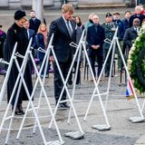 Die Gedenkfeier beim Nationalmonument am Dam Platz beinhaltet neben der Kranzniederlegung auch zwei Schweigeminuten. Königin Máxima und König Willem-Alexander halten hier mit gesenktem Blick inne. Bedingt durch die Pandemie ist die Anzahl der Gäste dieses Jahr natürlich begrenzt.