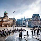 Auch der Himmel ist heute imdunklenGrau gekleidet. König Willem-Alexander und seine Máxima verlassen nach abgeschlossener Feierlichkeitzum Totengedenktag den Dam Platz.