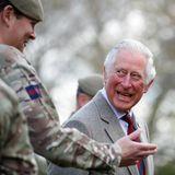 """5. Mai 2021  Prinz Charles stattet """"seinen"""" Welsh Guardsin den Combermere Barracks einen kleinen Besuch ab, denn der britische Thronfolger ist derEhrenoberst des Regiments. Auf dem Militärposten unweit von Schloss Windsornimmt er sich Zeit für einen angeregten Plausch mit denSoldaten. Für den Prince of Wales ist es der erste Termin seit der Beisetzung seines Vaters Prinz Philip, des Herzogs von Edinburgh."""