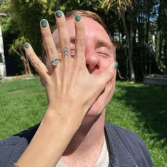 """Kein Wunder, ihr Verlobungsring kann sich sehen lassen. Das Prachtstück im """"Emerald Cut"""" ist von der Juwelierin Karina Noel aus Brooklyn, die dem Paar auf Instagram zur Verlobung gratuliert: """"Herzlichen Glückwunsch an dieses schöne Paar! Dieses Schmuckstück zu machen war eine große Ehre für mich."""""""