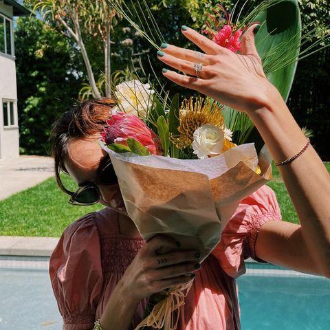 Tallulah Willis und ihr Freund Dillon Buss haben sich verlobt. So ganz kann die Tochter von Demi Moore und Bruce Willis ihr Glück noch nicht fassen und versteckt sich fast schüchtern hinter einem Blumenstrauß – ihr Ring wird dafür umso prominenter in die Linse gehalten.