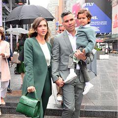 """5. Mai 2021  Das ist ein großer Tag für Jessica Alba. Ihr Unternehmen """"The Honest Company"""" geht an die Börse. Ehemann Cash Warren ist stolz auf seine erfolgreiche Frau und begleitet sie zusammen mit Söhnchen Hayes bei diesem wichtigen Termin."""