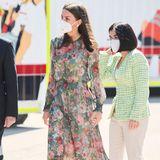 Kaum eine Königin ist so bescheiden, wenn es um ihre Garderobe geht wieKönigin Letizia. Nicht nur, dass sie Fan von Retail-Kleidern ist, ihr geblümtes Dress von Zara, das siebeim Gedenken am Weltrotkreuz- und Rothalbmondtag trägt, ist ein beliebter Mode-Reycler, wie Bilder beweisen.