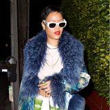 Denn nur wenige Tage nach der vorherigen Aufnahme, entstehen neue Bilder der Sängerin. Darauf zu sehen: Rihanna mit einem Pixie-Cut. Das kurze Haare kombiniert sie mit knallroten Lippen, einer Felljacke in Blau und einer Jeans in hellgrünen Tarnfarben. Tarnfarbe hin oder her:zu übersehen ist die Sängerin mit ihrem neuesten Look jedenfalls nicht.