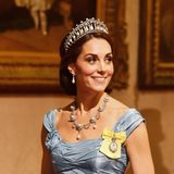 Erst 2015, 24 Jahre später, setzte eine Royal wieder auf die Tiara. Es war ihre Schwiegertochter, Herzogin Catherine. Seitdem hat die Frau von Prinz William das Schmuck mehrfach getragen, wie hier beim Staatsbankett in den Niederlanden 2018.