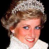 """Die """"Lover's Knot""""-Tiara gilt als die liebste Tiara von Prinzessin Diana – auch wenn sie so schwer war, dass sie davon Kopfschmerzen bekam. Während der 1980-er Jahre trug Diana das Schmuckstück mehrfach zu offiziellen Anlässen, ein letztes Mal schließlich 1991."""