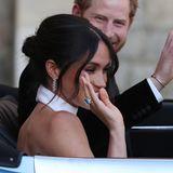 Auch ihre Schwiegertocher Herzogin Meghan trägt den Ring bei einem Neuanfang: Zur Hochzeit mit Prinz Harry. Später sah man ihn ebenfalls während der Tonga-Reise an ihrem Finger.