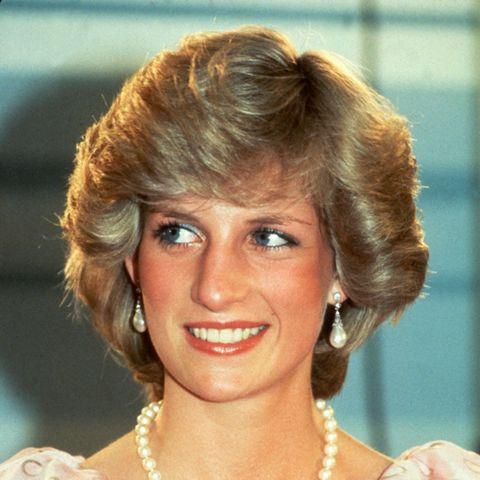 """Die Perlenohrringe waren eigentlich ein Hochzeitsgeschenk der Collingwood Juweliere, Diana trug die Schmuckstücke aber schon vorher. Die Ohrringe passen perfekt zur """"Lover's Knot""""-Tiara."""