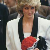 Das wohl bekannteste Schmuckstück ist wohl der Ring mit blauem Sapphir vom JuwelierGarrard, mit dem Prinz Charles um die Hand der Lady Diana Spencer 1981 anhielt.