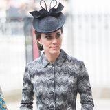 Der Ring wurde an Dianas ältesten Sohn, Prinz William, vererbt. Der hielt damit 2010 um die Hand von Kate Middleton an. An deren Finger funkelt der Ring seitdem bei fast jedem Termin.