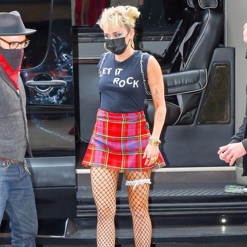 """Dass Miley Cyrus mit ihren Looks nicht immer die Geschmäcker der breiten Masse trifft, ist nichts Neues. Doch bei diesem Look weiß man gar nicht, wo man zuerst hinschauen soll. Auf die Netzstrumpfhose mit Strumpfband, ihren karierten Minirock oder doch auf die extravaganten Samtpumps. Eins ist sicher: Ob nackt auf einer Abrissbirne oder im """"Schulmädchen gone Wild""""-Look - mit Miley wird es einfach nie langweilig."""