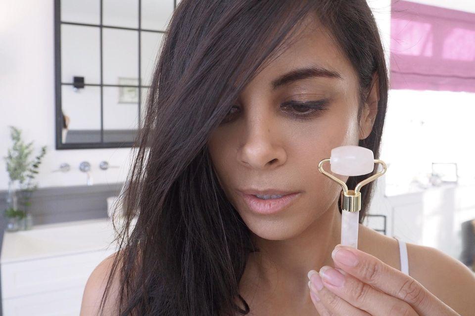 Das ultimative Pflege-Tool von Collien Ulmen-Fernandes ist ein Rosenquarzroller.