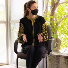 Königin Rania macht sich stark für Frauen. Beim Besuch mehrerer Frauenorganisationen setzt sie auf einen scheinbar schlichten Look. Schwarze Skinny-Hose, Pumps und eine Bluse mit Ballonärmeln. Beim genaueren Hinsehen fällt jedoch auf ...