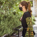 Der Ärmel der Bluse von Königin Rania ist übersäht mit aufwendigen Stickereien. Zweimal hinsehen lohnt sich bei diesem Look auf jeden Fall.