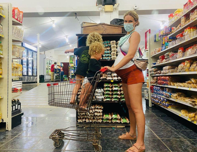 7. Mai 2021  Janni Hönscheid lässt ihre Fans an ihremEinkaufserlebnis mit der Familie teilhaben. Hochschwanger und gut gelaunt schiebt sie ihre beiden Kids durch das Lebensmittelgeschäft in Costa Rica. Der Wocheneinkauf, für den sie einen abenteuerlichen Ausflug bis ins nächsteDorf unternehmen, wird jedes Mal zu einem besonderen Ereignis. In ihrem Instagram-Posting schwärmt Janni vor allem von der Lebendigkeit und Hilfsbereitschaft der Menschen vor Ort. Aber auch Ehemann Peer sorgt diesmal für gute Unterhaltung ...