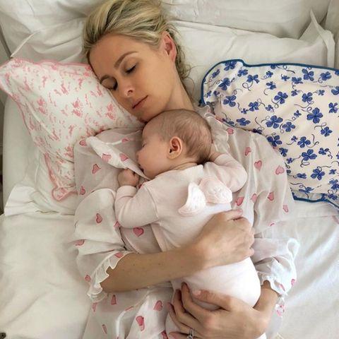 """7. Mai 2021  Zum bevorstehenden Muttertag teilt Nicky Hilton ein schönes Foto mit einer ihrer Töchter als Baby und schwelgt dabei in süßen Erinnerungen. """"Ich wünschte ich könnte dieses Gefühl für immer festhalten,"""" schreibt sie etwas wehmütig zu diesem liebevollen Mama-Moment."""
