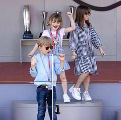 Vor der Preisverleihung erobern Prinzessin Gabriellaund Prinz Jacques zusammen mit ihrer Cousine Kaia Rose Wittstockdas Siegerpodest. Mit ihrer ausgelassenen Stimmungstehlen die Kleinenden Rennfahrern und Elektromotoren definitiv die Show.