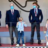 """8. Mai 2021  Fürst Albert besucht mit seinem Neffen Pierre Casiraghi und seinen Zwillingen den Monaco E-Prix im Rahmen der FIA-Formel-E-Meisterschaft auf dem """"Circuit de Monaco"""". Gespannt verfolgt die Familie das Rennen auf der temporären Motorsport-Strecke in Monte Carlo."""