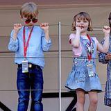 """Fürst Albert hat seine Kinder mit zum """"Monaco E-Prix"""" mitgenommen. Für die Rennstrecke haben sichPrinz Jacques und Prinzessin Gabriella besonders zurechtgemacht, beide jedoch auf ganz verschiedene Weise. Während Jacques modisch seinem Vater nacheifert, ist Gabriella noch ganz Kind und feiert ihr Disney-Kleid aus Denim des Kinderlabels Monalisa."""