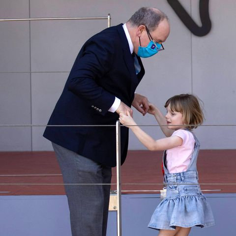 Auch Fürst Albert erfreut sich an der Heiterkeit seiner Kids und lässt sich sogar auf ein Tänzchen mit Töchterchen Gabriella ein.