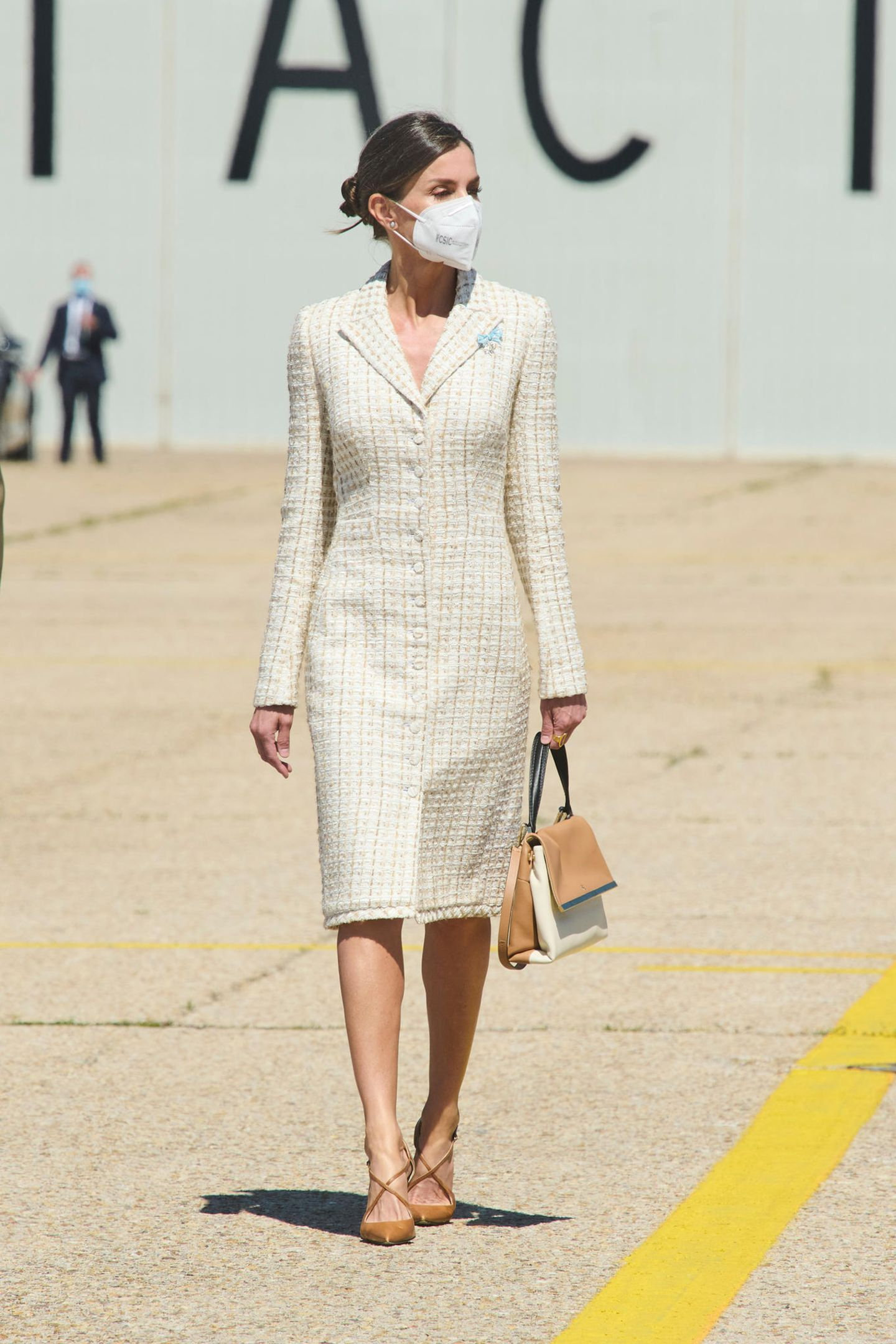 Königin Letizia besucht die Luftfahrtakademie in Madrid. Hierbei setzt die spanische Königin auf altbewährte Lieblinge: ein Mantelkleid von Verla kombiniert mit Schuhen von Magrit. Bei ihrer Handtasche handelt es sich um ein Modell von Carolina Herrera. Ein Label, das nicht nur bei den spanischen Royals angesagt ist - auch Herzogin Meghan zeigte sich am selbenWochenende in einem roten Blumenkleid des amerikanischen Labels.